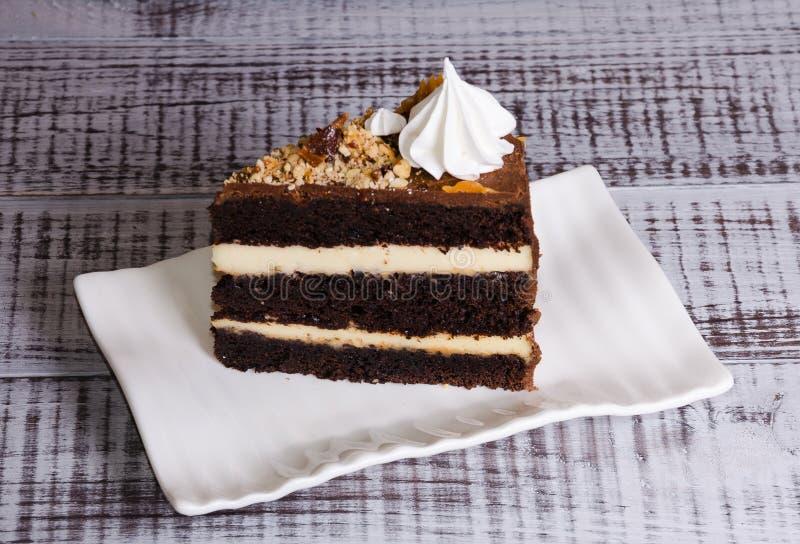 Cheesecake κρέμας σοκολάτας με την αλατισμένη καραμέλα και μόνος στοκ φωτογραφία