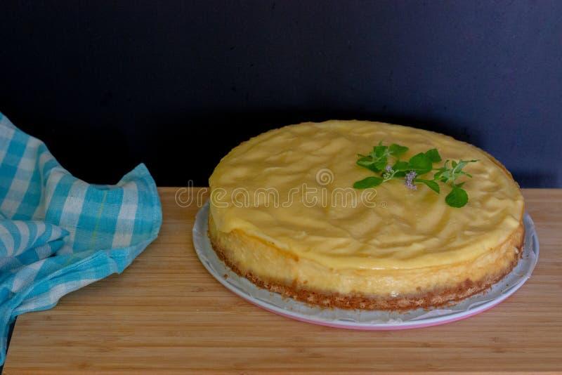 Cheesecake λεμονιών με την πετσέτα στοκ εικόνες