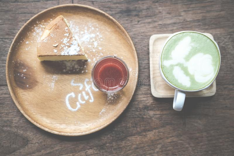 cheesecake με τη ζάχαρη καλύμματος & τήξης σάλτσας φραουλών καυτό matc στοκ εικόνες