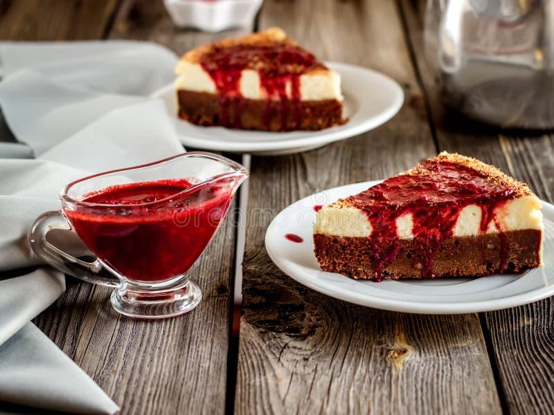Cheesecake με τη σάλτσα κερασιών στο εκλεκτής ποιότητας ύφος στοκ φωτογραφία με δικαίωμα ελεύθερης χρήσης