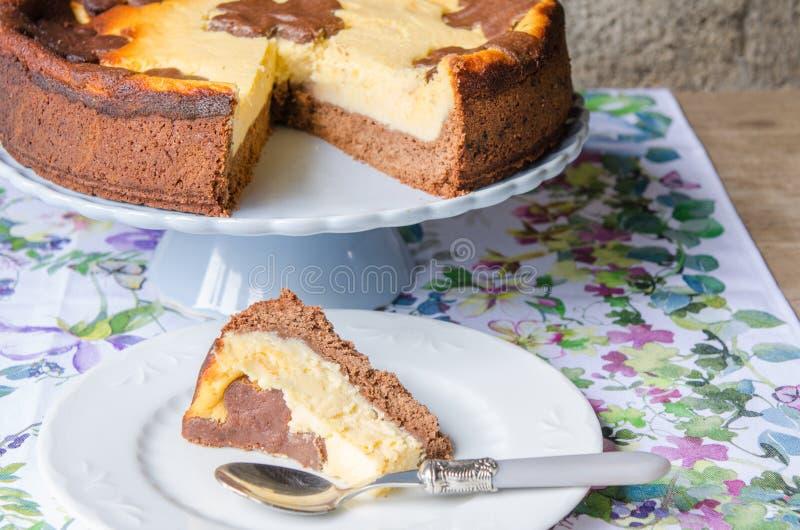 Cheesecake με τη σοκολάτα και τη βανίλια στοκ εικόνα