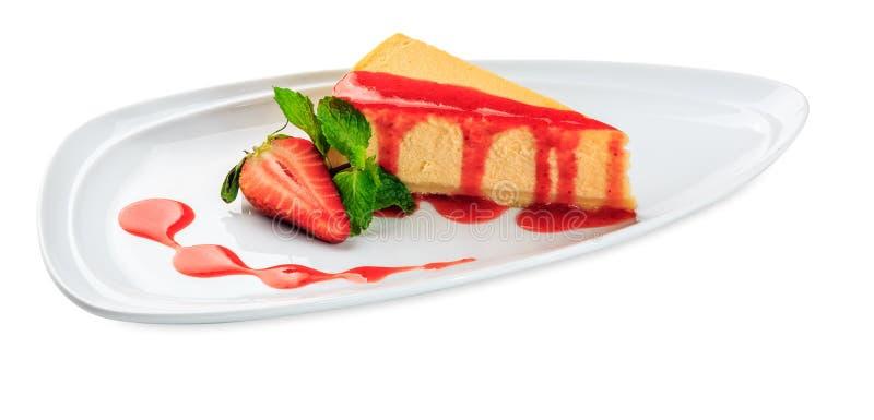 Cheesecake με τη φέτα φραουλών η ανασκόπηση απομόνωσε το λευκό στοκ φωτογραφίες