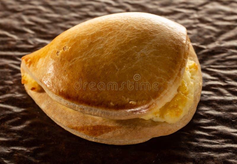 Cheesecake, μια πολυθρόνα σε καφετί παλαιό χαρτί στοκ φωτογραφίες με δικαίωμα ελεύθερης χρήσης