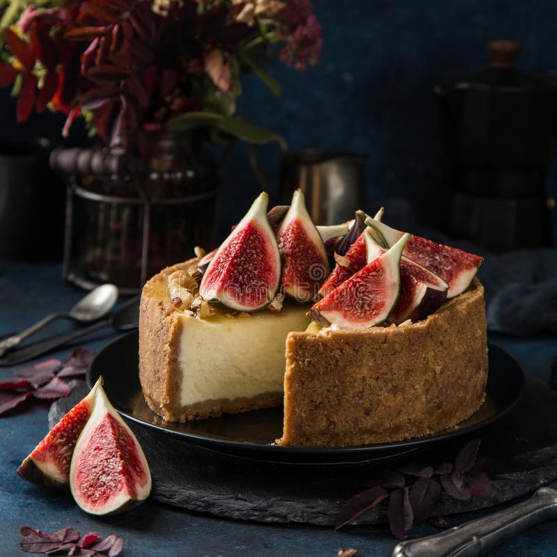 Cheesecake που εξυπηρετείται με τα φρέσκα σύκα, τα καρύδια και το μέλι στοκ εικόνες