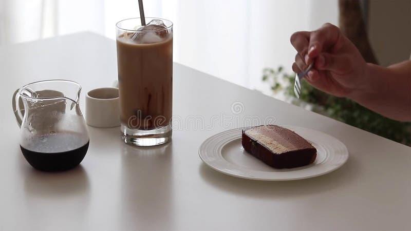 Cheesecake σοκολάτας και καφές πάγου με το σιρόπι και το γάλα σοκολάτας στοκ φωτογραφίες