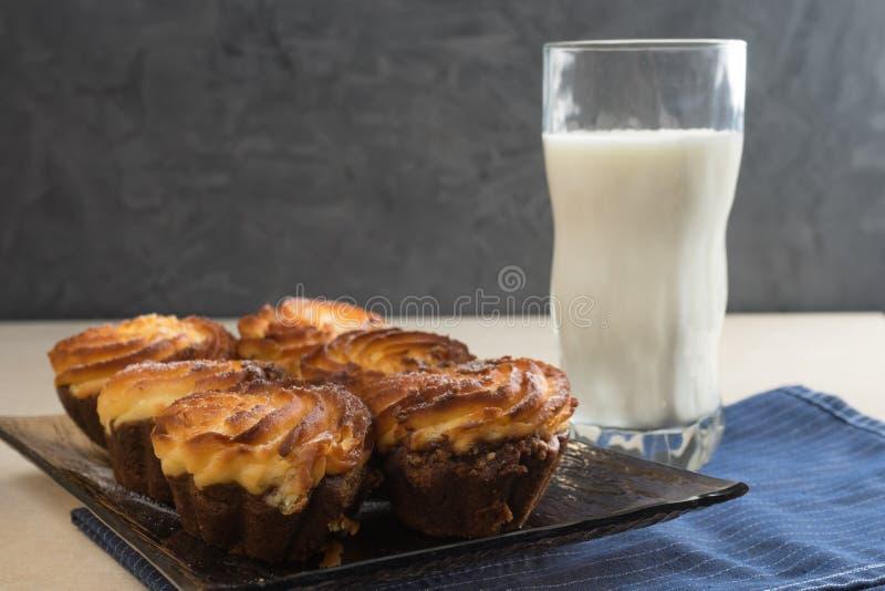 Cheesecake σοκολάτας cupcakes και ένα ποτήρι του γάλακτος για το spase αντιγράφων προγευμάτων στοκ φωτογραφία με δικαίωμα ελεύθερης χρήσης