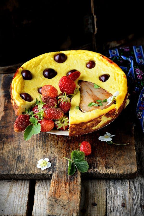 Cheesecake στον ξύλινο πίνακα Εκλεκτική εστίαση στοκ εικόνες
