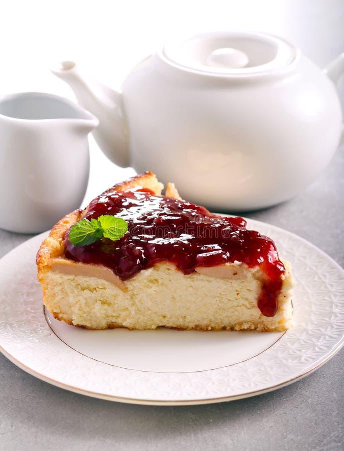 Cheesecake φέτα με τα φρούτα και τη μαρμελάδα στοκ φωτογραφία