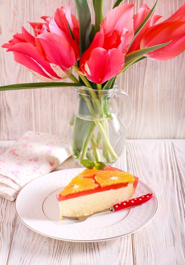 Cheesecake φέτα με το κάλυμμα ζελατίνας φρούτων στοκ εικόνες