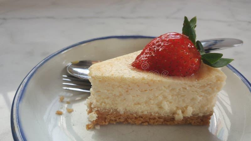 Cheesecake φραουλών στο άσπρο πιάτο στοκ φωτογραφία