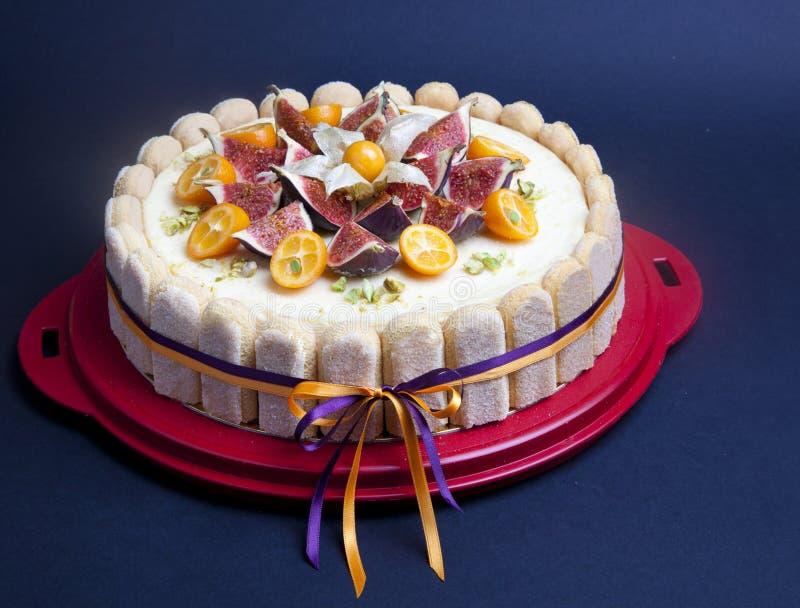Cheesecake dekorujący z figą i kumquat obrazy stock