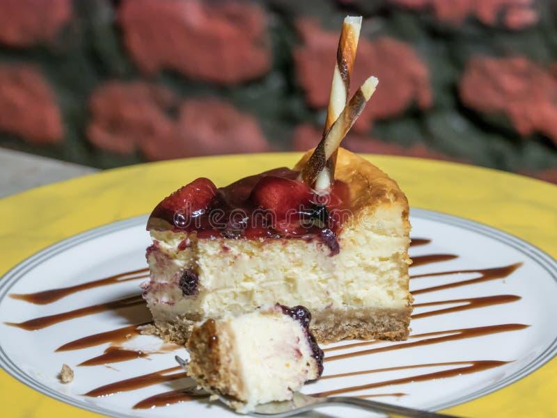 cheesecake Fatia de bolo de queijo liso de New York na placa branca imagem de stock
