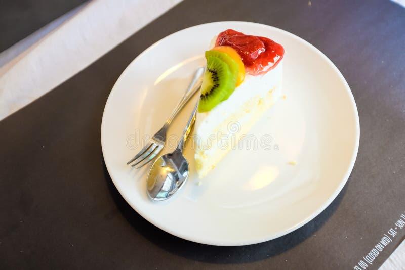 Cheesecake i mieszanki owoc na białym naczyniu fotografia royalty free