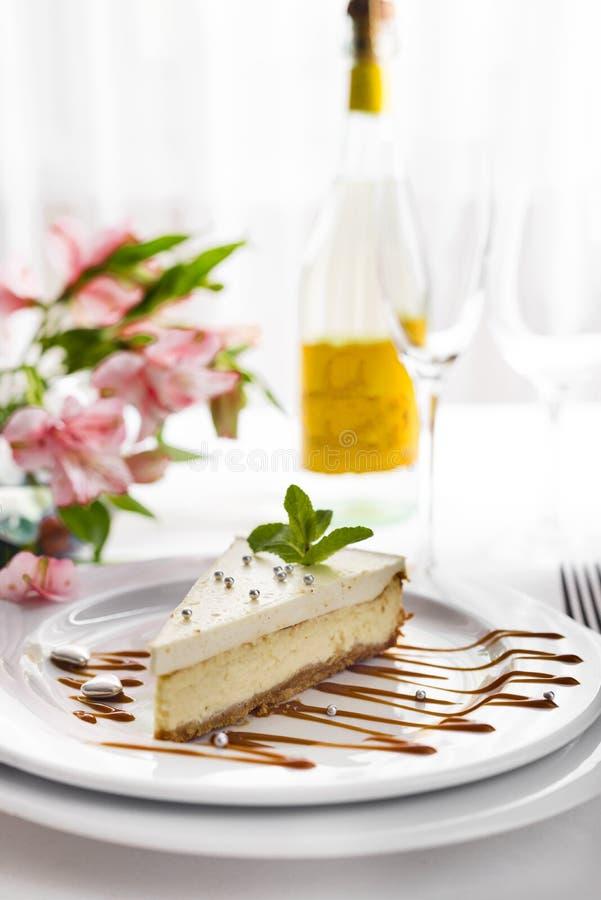 Cheesecake na bielu talerzu obrazy royalty free