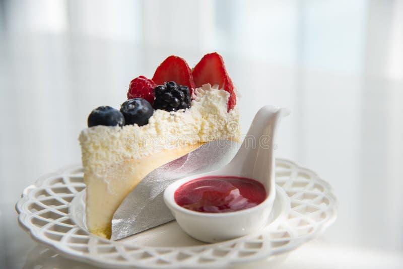 Cheesecake nakrywający z mieszanek jagodami i truskawkowym smaku toppi obraz stock