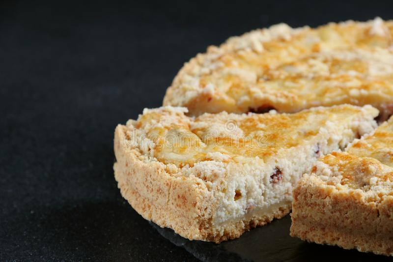 Cheesecake z chałupa serem zamkniętym w górę ciemnego tła na zdjęcia stock