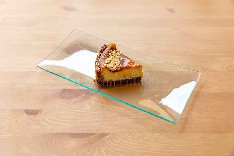 Cheesecake z cynamonem, karmelem i hazelnuts, zdjęcie royalty free