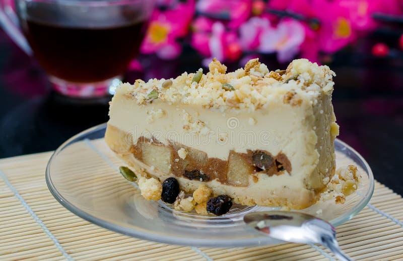 Cheesecake z dokrętkami i jabłkami fotografia stock