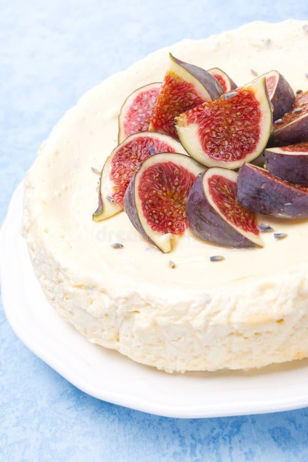 Cheesecake z miodem i lawendą dekorował z świeżymi figami obrazy stock