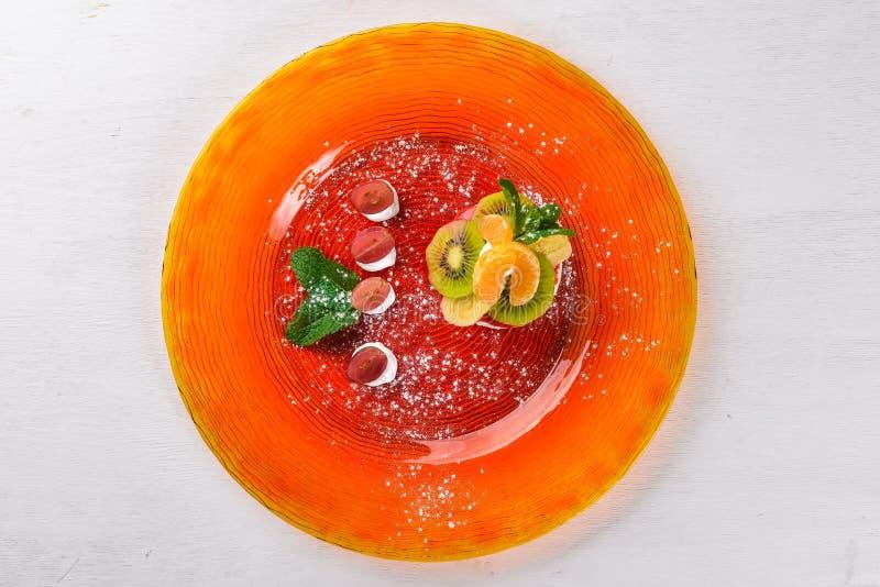 Cheesecake z owoc i śmietanką Deser Na drewnianej powierzchni zdjęcie stock