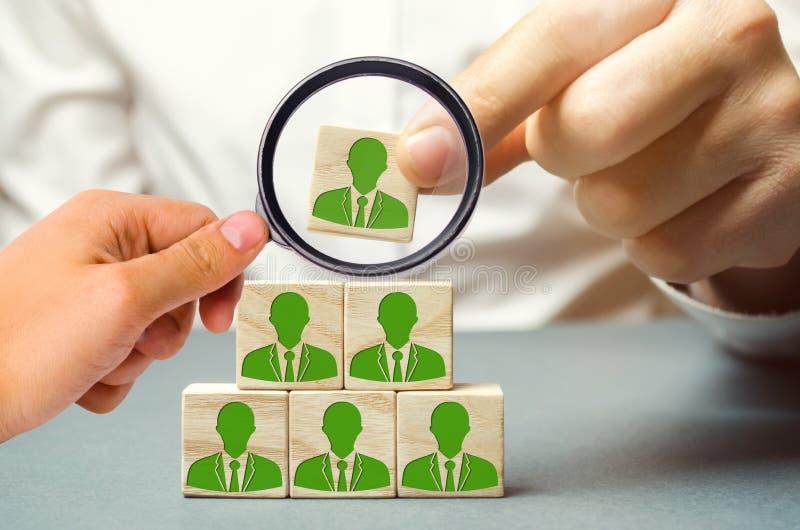 Chef à la recherche de nouveaux employés et spécialistes sélection du personnel et gestion dans l'équipe Le patron construit l'éq photographie stock