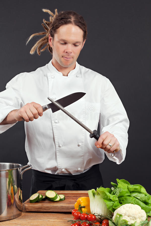 Chef affilant son couteau photo libre de droits