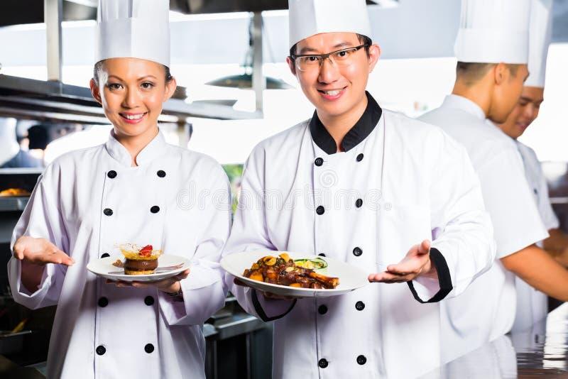 Chef asiatique dans la cuisson de cuisine de restaurant photos libres de droits