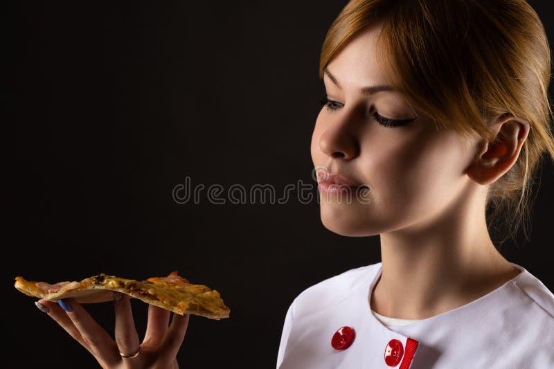 Download Chef Attirant Regardant La Tranche De Pizza Image stock - Image du caucasien, noir: 76076449