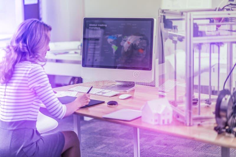 Chef av internationellt samarbete som ser översikten på hennes dator arkivfoton