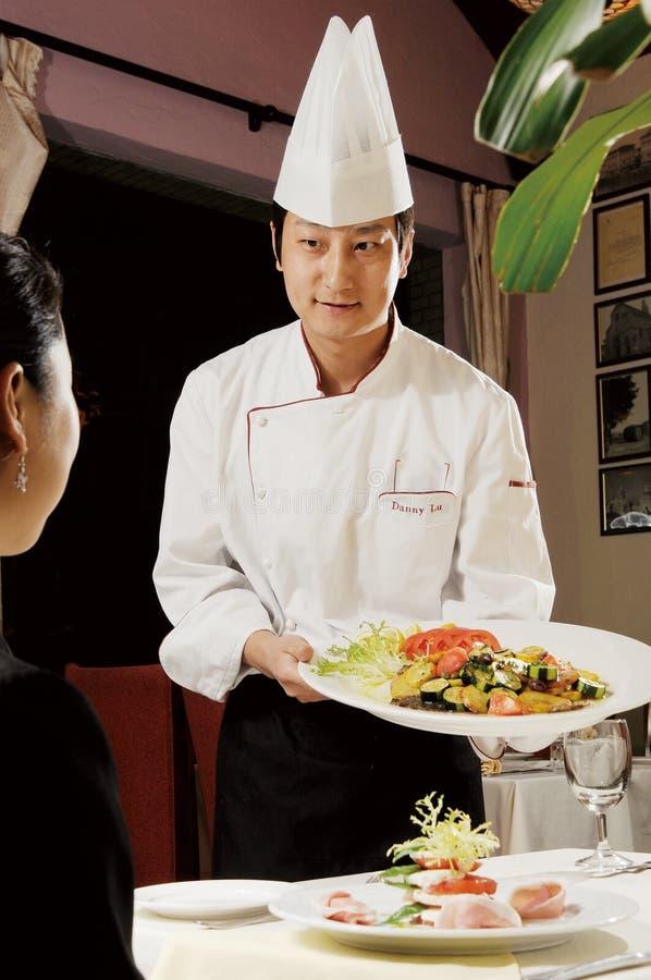 Chef avec la nourriture photo stock