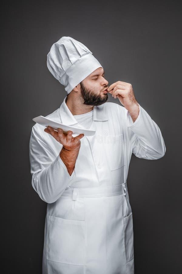 Chef avec les doigts de baiser de plat vide photo libre de droits
