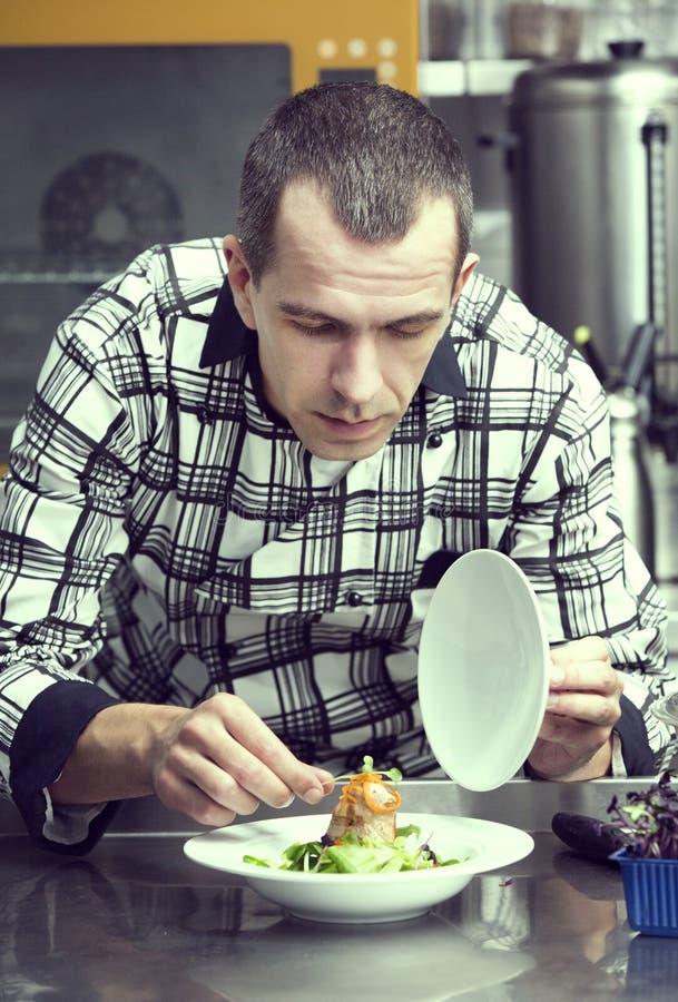 Chef bereitet eine Mahlzeit vor lizenzfreie stockfotografie