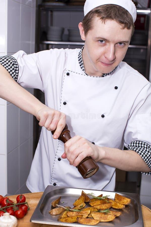 Chef bereitet eine Mahlzeit vor lizenzfreie stockbilder