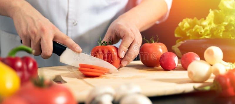 Chef bereitet Frischgemüse vor Gesunde Nahrung stockfotos