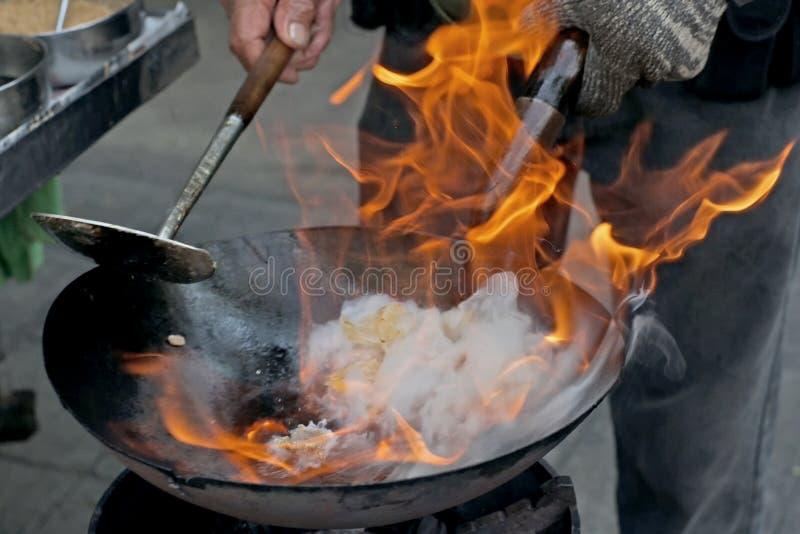 Chef Cooking With Fire dans la poêle photographie stock libre de droits