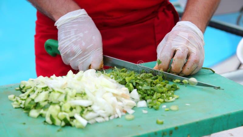 chef coupant des légumes image stock