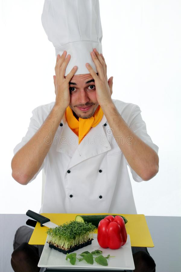 Chef déconcertant avec des ingrédients photographie stock