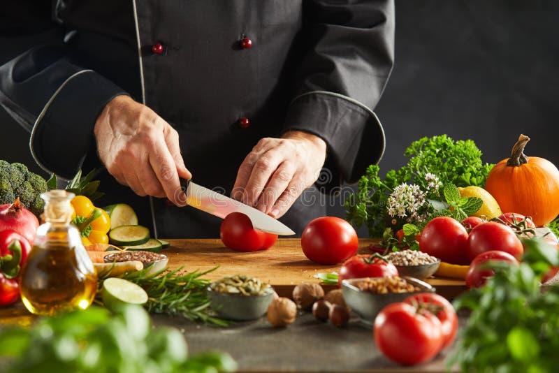 Chef découpant des ingrédients en tranches de salade dans un restaurant photos libres de droits