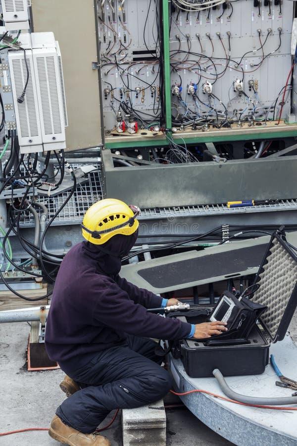 Chef d'équipage de tour travaillant au site de téléphone portable images stock
