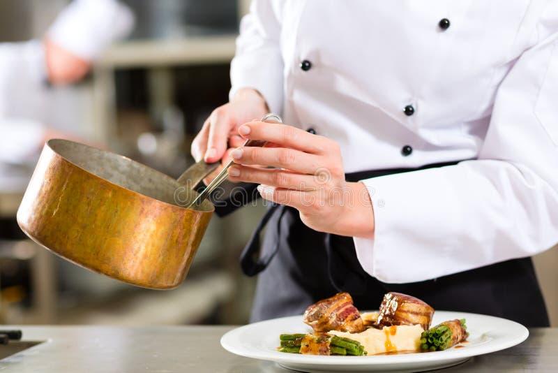 Chef dans la cuisson de cuisine d'hôtel ou de restaurant photos libres de droits