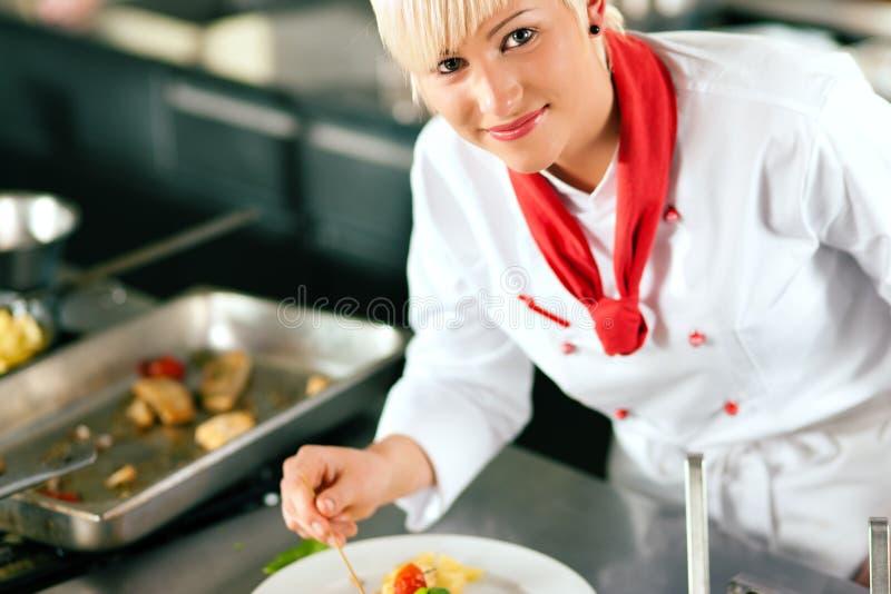 Chef dans la cuisson de cuisine de restaurant photo stock