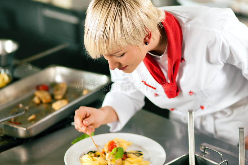 Chef dans la cuisson de cuisine de restaurant photos stock