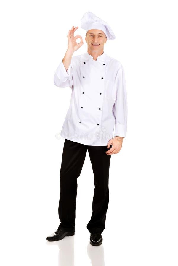 Chef dans le chapeau blanc avec le signe parfait photo stock
