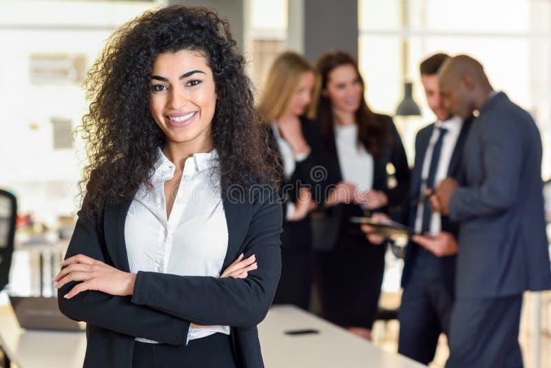 Chef de femme d'affaires dans le bureau moderne avec le workin d'hommes d'affaires photographie stock libre de droits