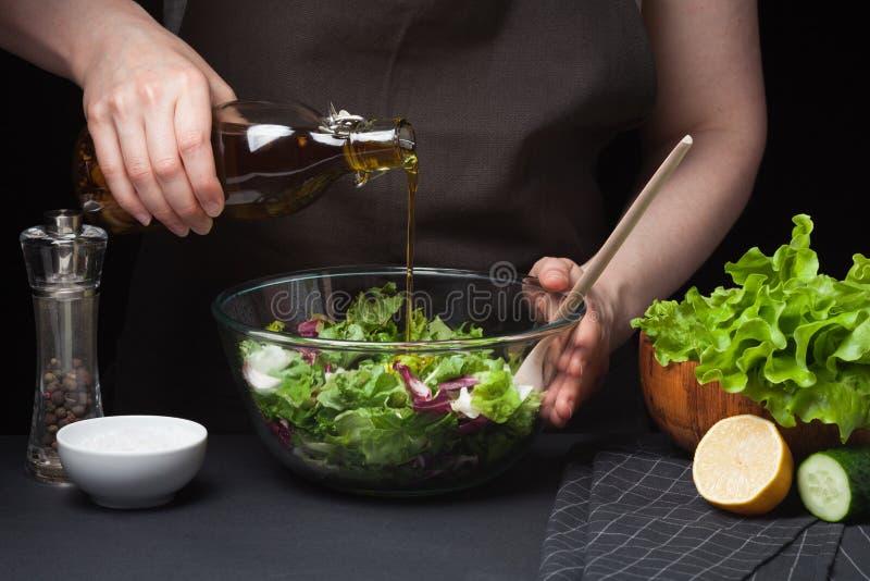 Chef de femme dans la cuisine préparant la salade végétale Consommation saine Suivez un régime le concept Un mode de vie sain Pou photographie stock libre de droits