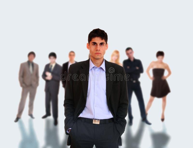 Chef de file des affaires restant devant son équipe photos stock