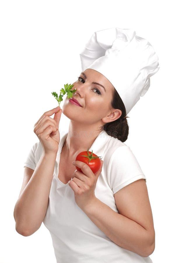 Chef de jeune femme montrant des ingrédients pour la nourriture italienne image stock