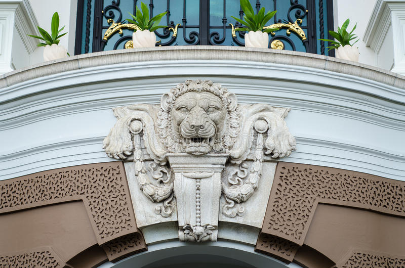 Chef de lion, détail de sculpture antique du palais grand, Thaïlande photos libres de droits