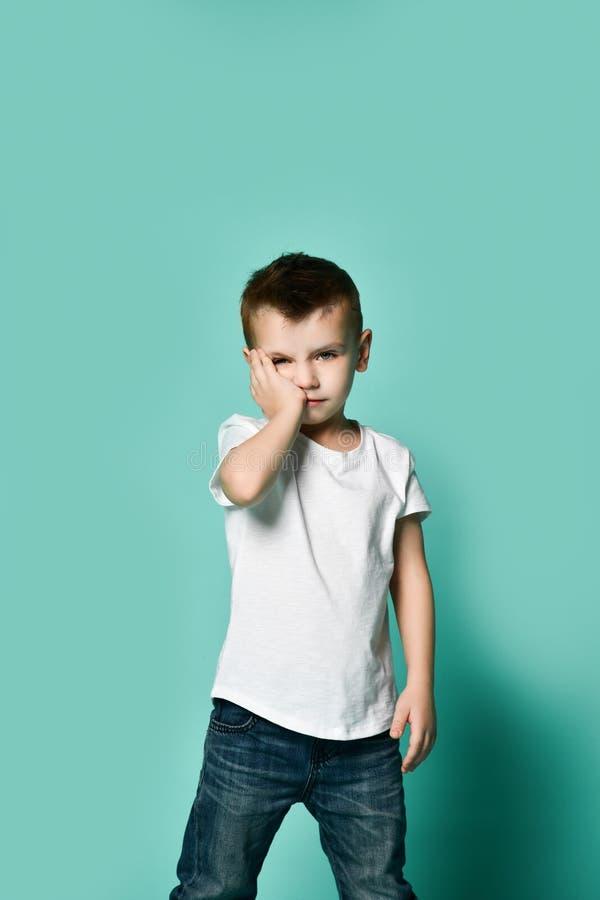 chef de penchement ennuyé triste de garçon d'enfant sur la paume regardant avec le regard fixe indifférent bouleversé le sentimen photographie stock libre de droits