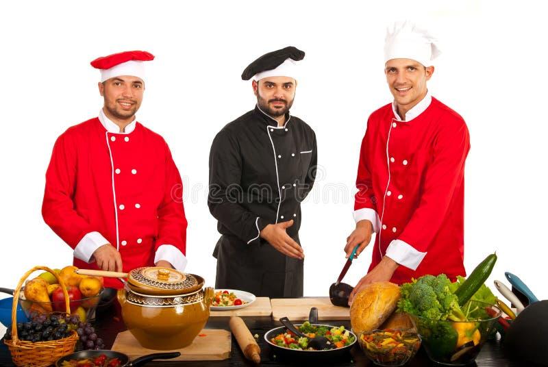 Chef de professeur avec des étudiants dans la cuisine images libres de droits